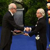 Patrick Modiano reçoit son Nobel des mains du roi de Suède