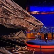 Un présentateur américain interviewe le dragon de la trilogie Le Hobbit