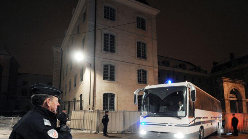 Un car de détenus quitte la maison d'arrêt du Mans-Vert Galand en janvier 2010 vers la nouvelle maison d'arrêt du Mans-les-Croisettes située à Coulaines au Nord de la ville, lors d'un transfert de quelque 170 prisonniers.