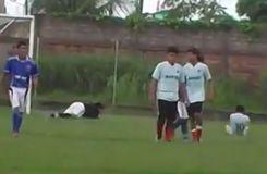 Il tente de marquer un penalty sur une talonnade mais se ridiculise