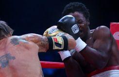 L'adversaire de Mickey Rourke suspendu