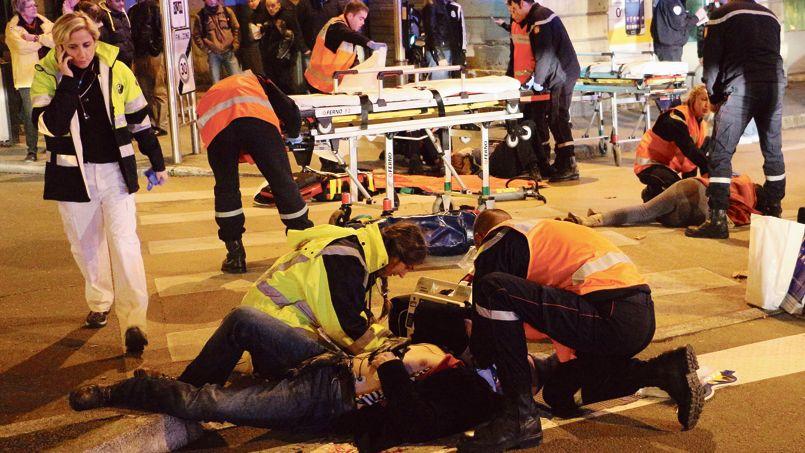 Les premiers secours sont portés aux victimes d'une voiture folle dans le centre de Dijon, hier soir.