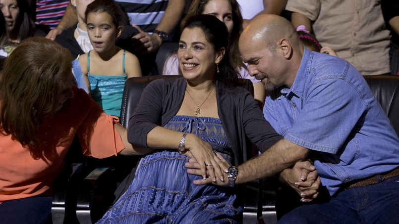 Gerardo Hernandez pose la main sur le ventre rond de sa femme enceinte, samedi dernier.