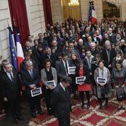 Élysée, assemblées, mairies... la République rend hommage à Charlie Hebdo