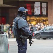 Cibles de djihadistes, les policiers réclament un armement plus lourd