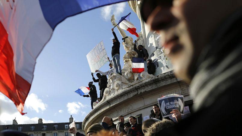 Des centaines de milliers de manifestants se sont rassemblés autour de la statue de la place de la République pour rendre hommage aux 17 victimes des attentats de Paris et dénoncer le terrorisme.