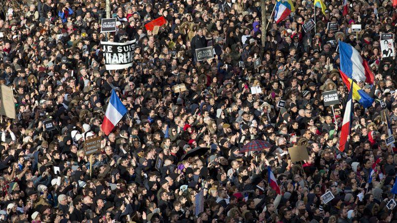 La foule immense et compacte scande, sans discontinuer, le symbole du rassemblement : «Liberté !».