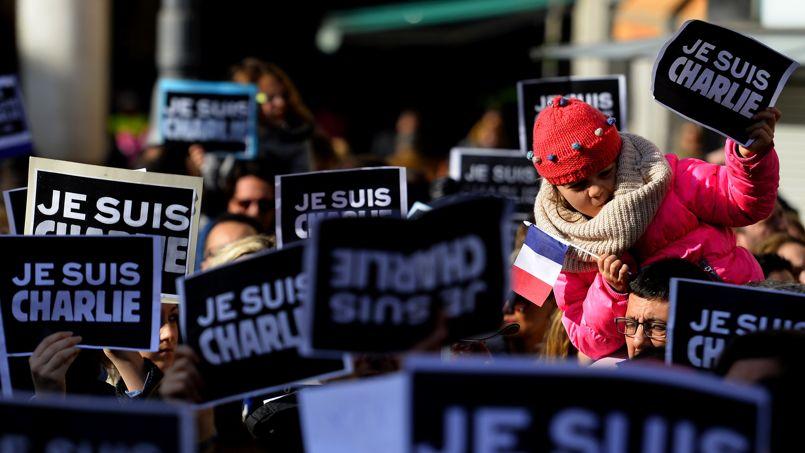 De nombreux participants lèvent au ciel le fameux «Je suis Charlie», symbole du rassemblement et de la lutte contre l'extrémisme et le terrorisme.