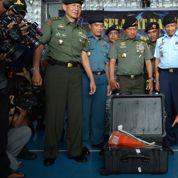 AirAsia : l'une des deux boîtes noires repêchée