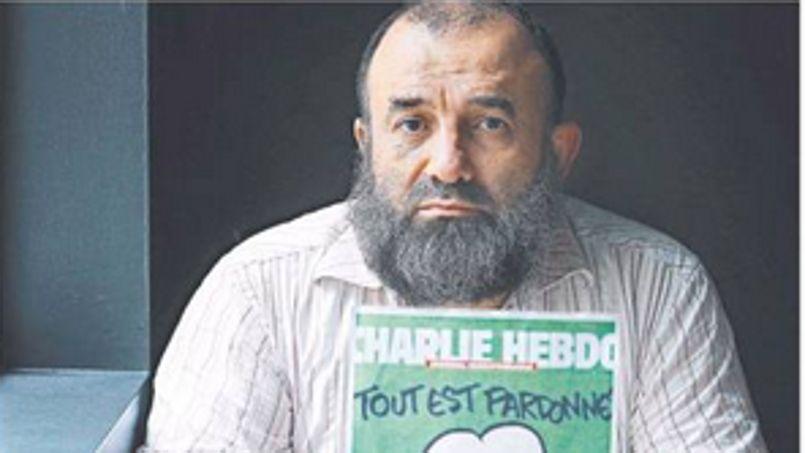 Un imam australien pose avec la couverture de <i>Charlie Hebdo</i>. Il défend la liberté d'expression.