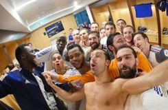 De retour aux vestiaires, les Bleus célèbrent leur titre