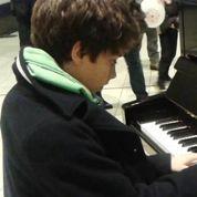 Le lauréat de Pianos en gares salué par André Manoukian