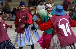 En Bolivie, des grands-mères âgées de 80 ans jouent au handball