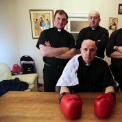 En Irlande, un prêtre distribue la communion et les uppercuts