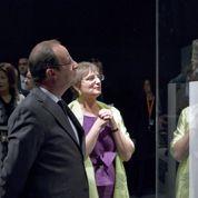 Hollande défend le patrimoine menacé par Daech au Louvre