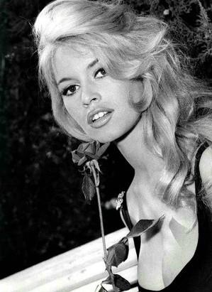 De l autre côté de l océan, à l âge de 15 ans, Brigitte Bardot fut invitée  à poser en couverture du magazine Elle. Elle fut ainsi remarquée par le  jeune ... 96e5563c8f3