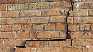 Puis-je passer chez mon voisin pour réparer mon mur ?