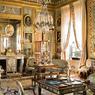 Ici, sièges, bibelots, tapis, vases de Sèvres, petites tables, guéridons, tableaux et instruments de musique forment un tout indispensable à une vie douce et confortable, illustrant parfaitement l'art de vivre à la fin de l'Ancien Régime: une infinie gourmandise.