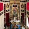 Des éléments brodés de pompe funèbre décorent les murs de la chapelle. L'arrangement de l'autel date de l'époque du Duc de Beuvron et a été dessiné, selon toute vraisemblance, par Gabriel.