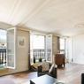 Trois types de biens continuent de se vendre rapidement et  à bon prix. Parmi ceux-ci, l'immeuble de charme bien situé séduit toujours étrangers et provinciaux en quête d'un pied à terre. Cet appartement de 125 m² avec vue sur Saint Sulpice s'est par exemple vendu, en une journée, à 18.000 €/m².