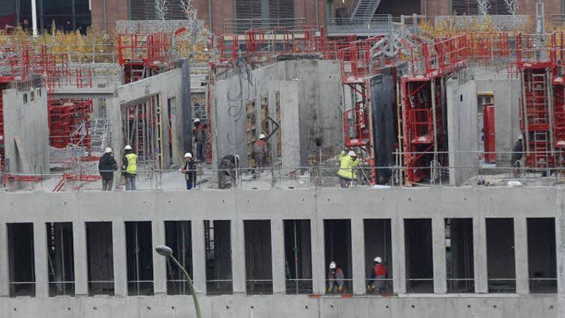 Un immeuble en construction, dans le XIXe arrondissement à Paris. L'objectif fixé par François Hollande de construire 500.000 logements par an s'éloigne. Crédit: Jean-Christophe Marmara/Le Figaro