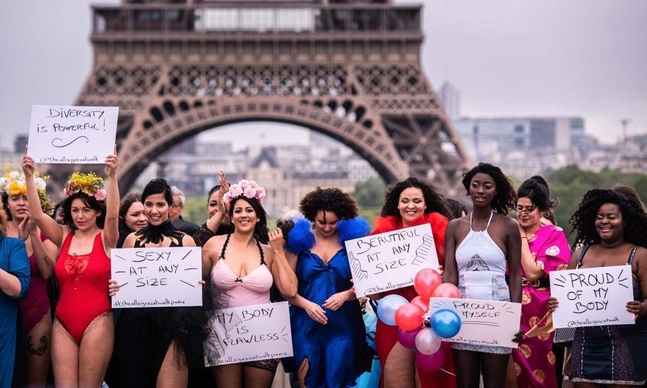 Des femmes défilent en lingerie devant la tour Eiffel pour en finir avec les diktats de la mode Le-collectif-the-all-sizes-catwalk