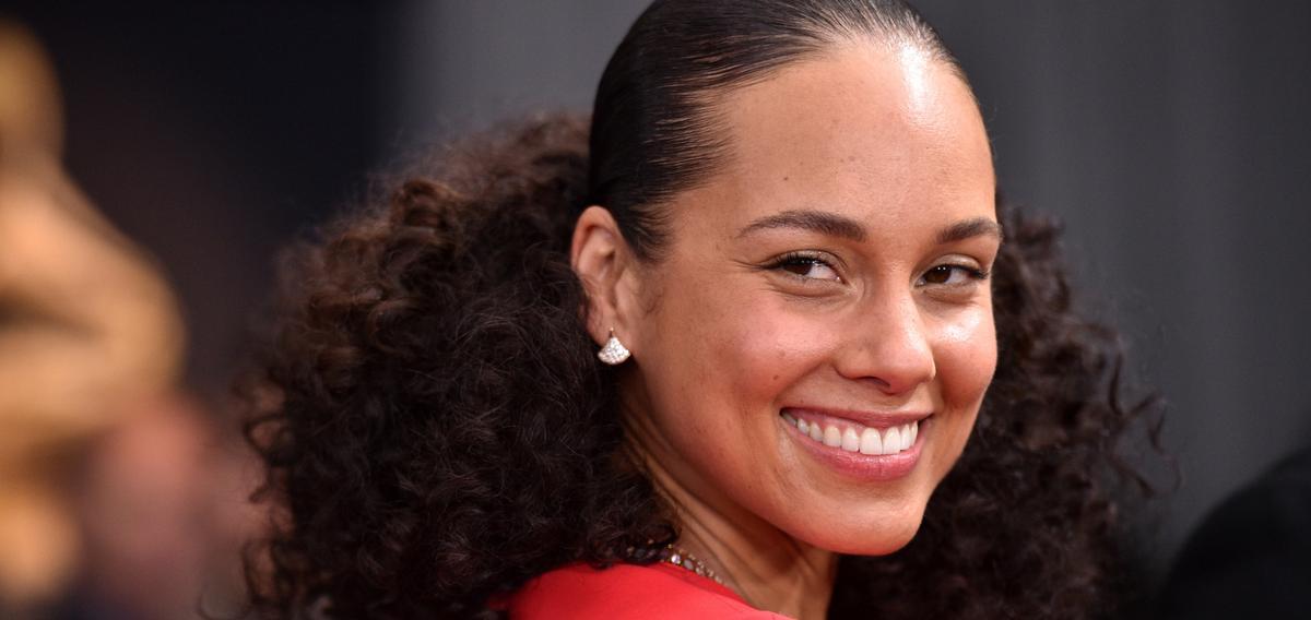 """Adepte du """"no make-up"""" et du bien-être, Alicia Keys lance sa gamme de soins pour la peau"""