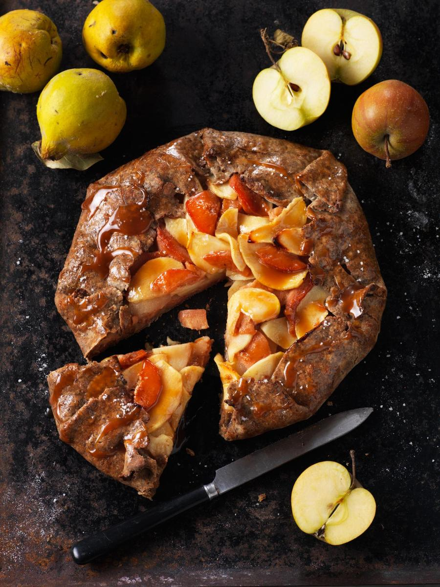 Recette tarte rustique aux pommes, coings et caramel au beurre salé