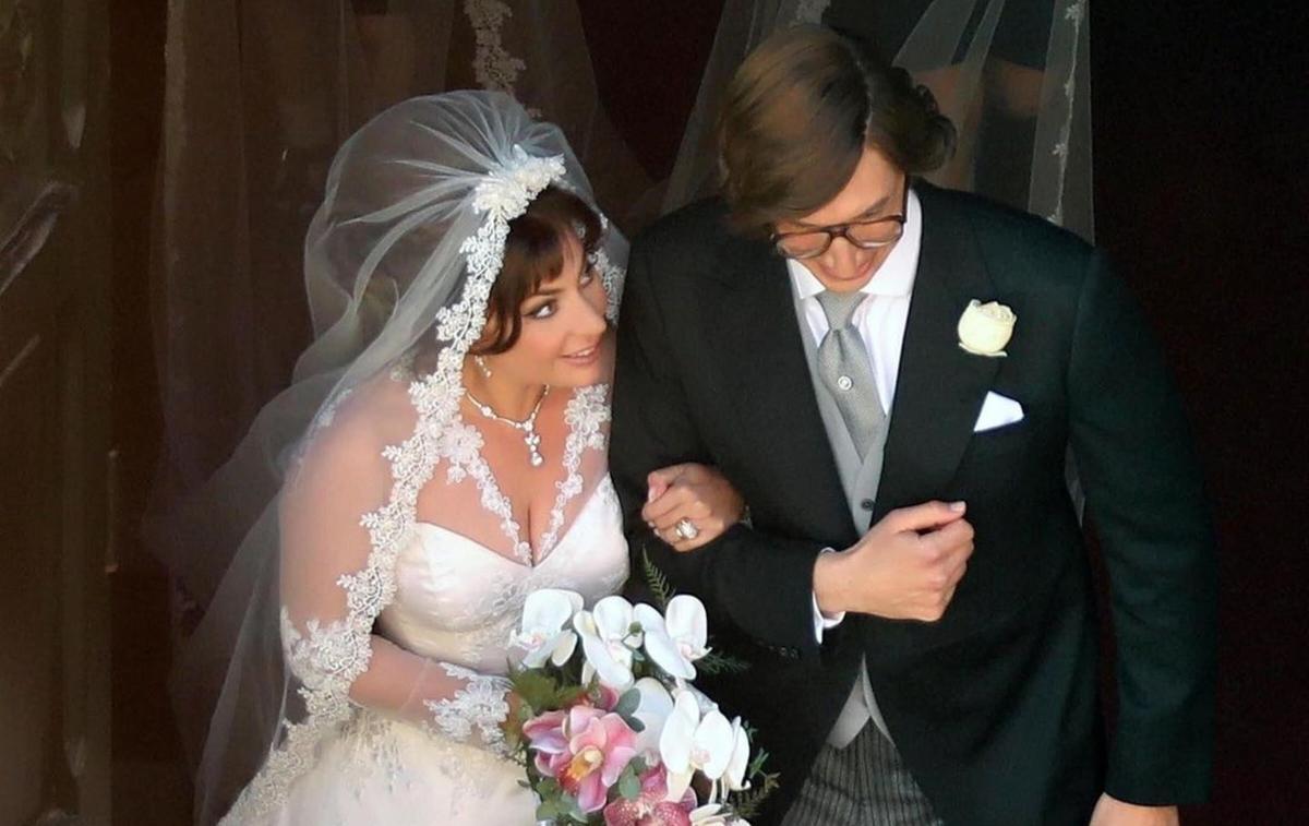 Robe bustier, voile et chignon choucroute... Lady Gaga fascinante en mariée eighties
