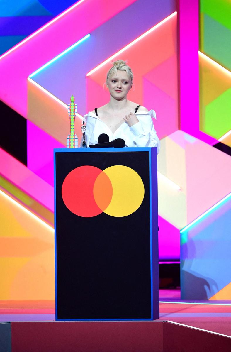 Maisie Williams et ses sourcils décolorés : l'apparition lunaire aux Brit Awards