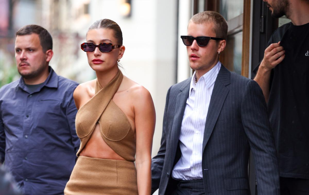 Robe dénudée, baskets... La tenue des Bieber à l'Élysée était-elle adaptée ?