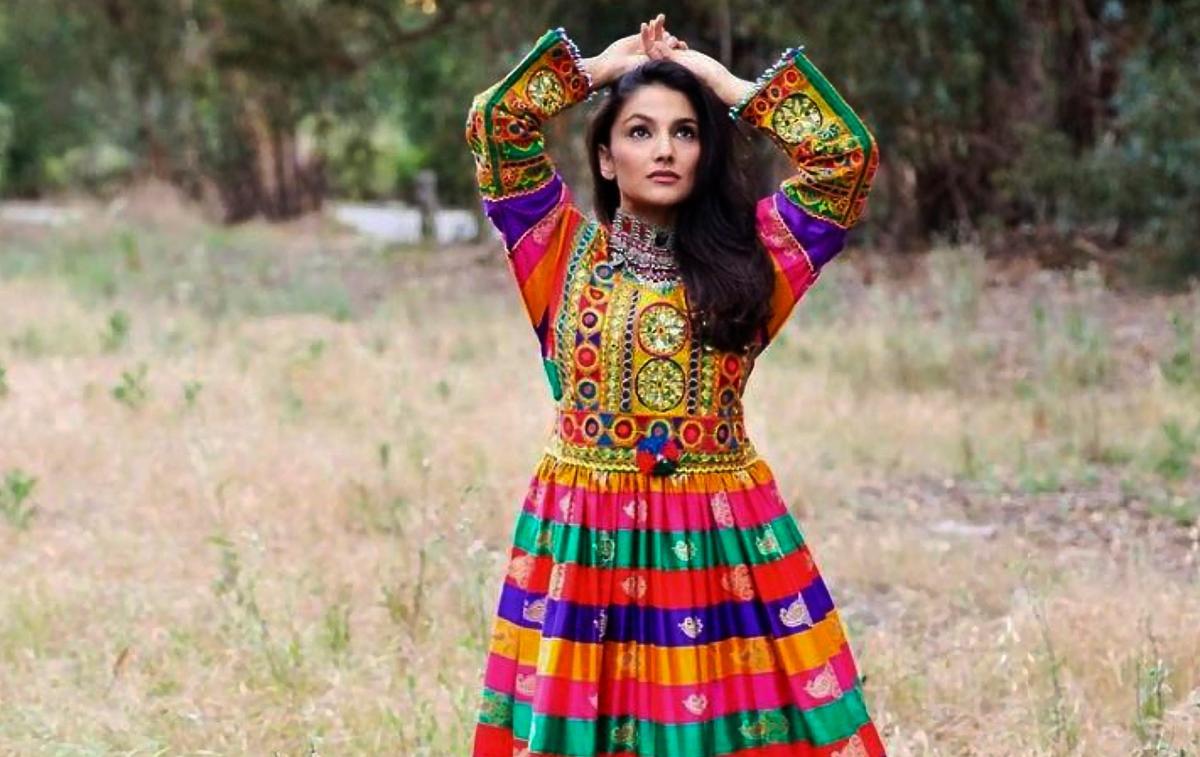 """""""Touche pas à mes vêtements"""" : quand les Afghanes posent en tenue traditionnelle pour s'opposer aux talibans"""