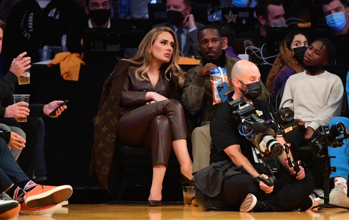Adele apparaît époustouflante au premier rang d'un match de basket