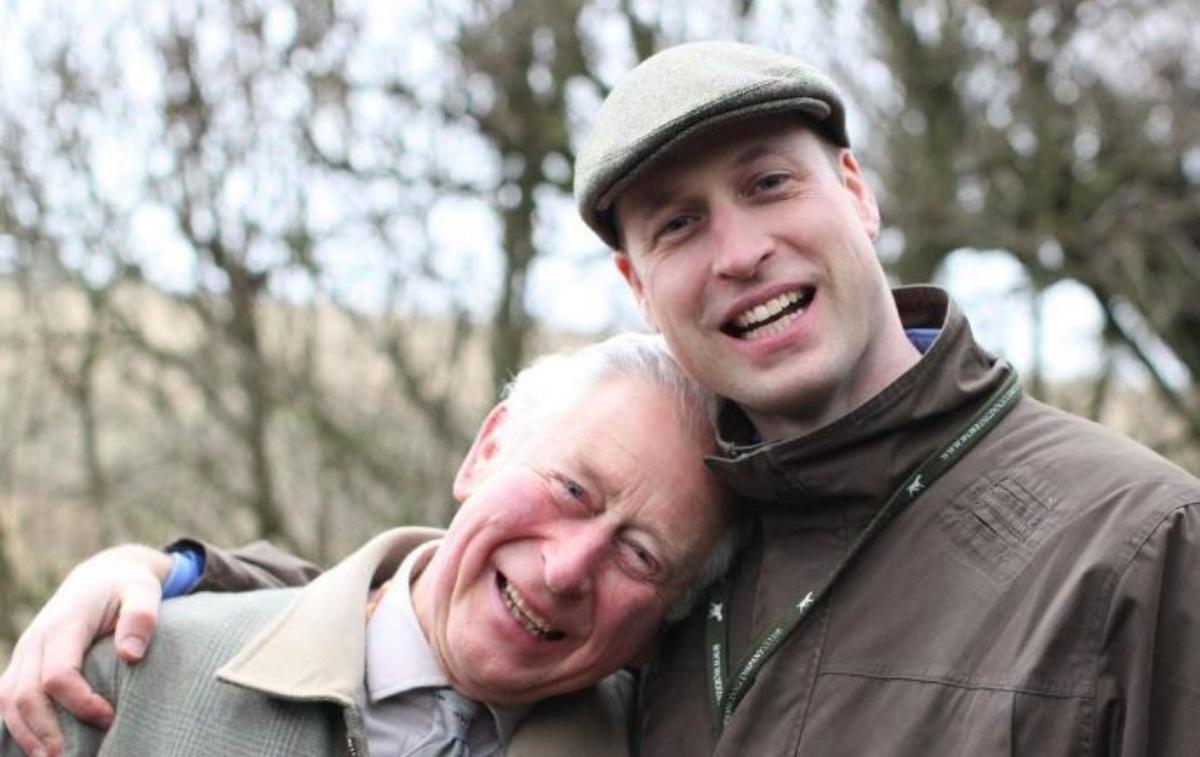 Cette tendre photo du prince Charles, la tête posée sur l'épaule de son fils William