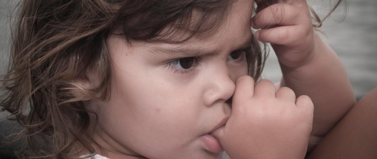 Pourquoi les enfants sucent-ils leur pouce ?