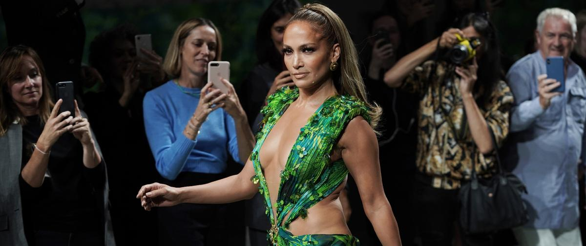 """Jennifer Lopez enflamme le défilé Versace dans la """"jungle dress"""" qui a fait naître Google Images"""