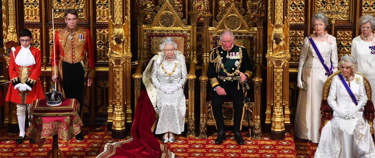 """Pourquoi Elizabeth II a refusé de porter la couronne impériale lors du """"discours de la Reine"""""""
