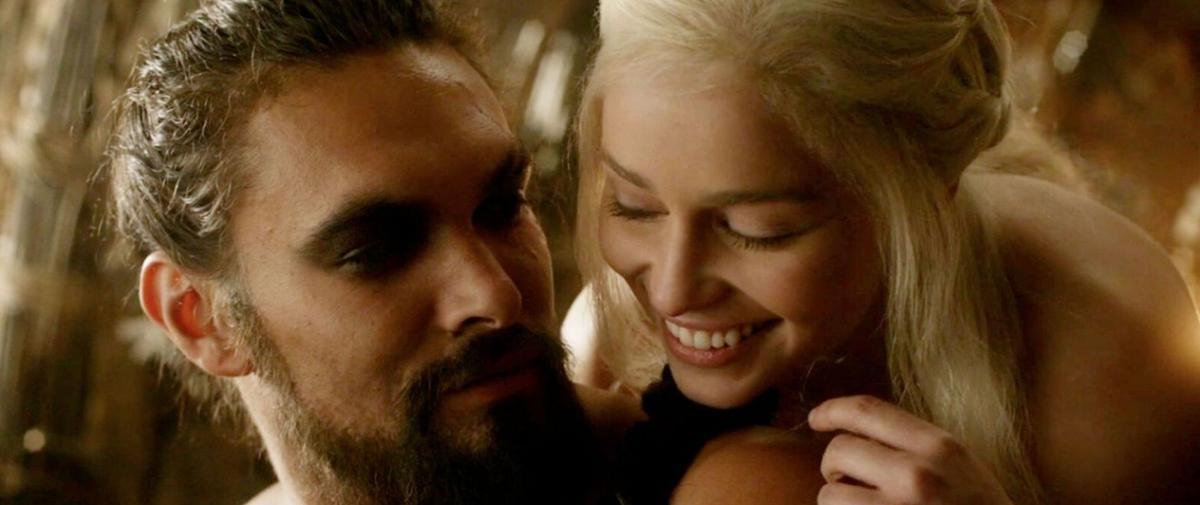 """""""Il pleurait plus que moi"""" : Emilia Clarke raconte les scènes de nu avec Jason Momoa"""