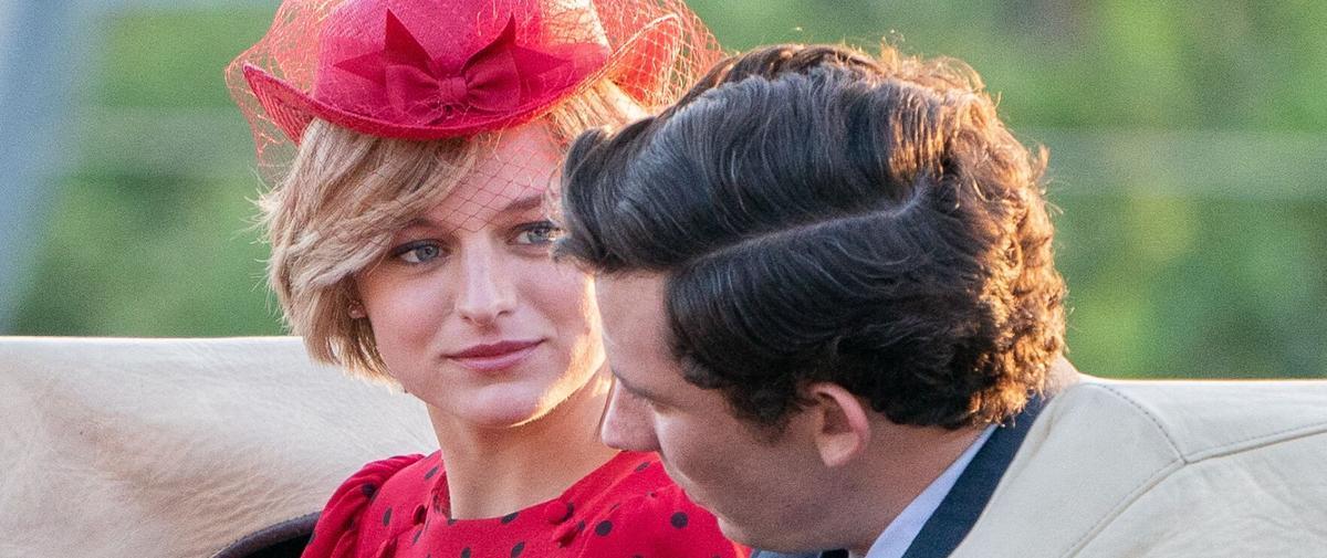 """En images : la ressemblance frappante entre Emma Corrin et Lady Di dans """"The Crown"""""""