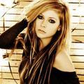 """Avril Lavigne : """"les ongles, c'est mon obsession"""""""