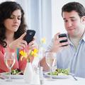 Dîner galant et smartphones ne font pas bon ménage
