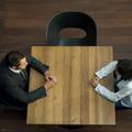 En affaires, on ment plus facilement aux femmes qu'aux hommes