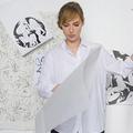 Louise Bourgoin dessine du papier peint pour Pierre Frey
