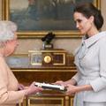 Angelina Jolie honorée par la reine Elizabeth II