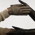 """Hermès détourne le """"check"""" pour présenter sa nouvelle collection de gants"""