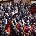 Des articles du Code pénal concernant le harcèlement sexuel collés dans l'Assemblée nationale