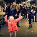 Une fillette ambiance le métro new-yorkais