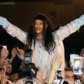 Rihanna prend un bain de foule avec ses fans parisiens