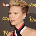 Scarlett Johansson coupe court