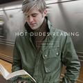 Des beaux gosses posent en train de lire pour promouvoir... la lecture !